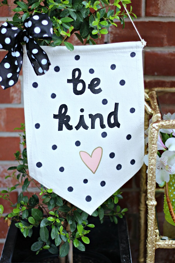 be kind banner, home accessoires