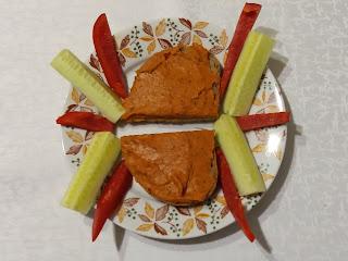 pasta z fasoli z pieczoną papryką, pasta do chleba, wegetariańska pasta do smarowania chleba, na kolację, na śniadanie