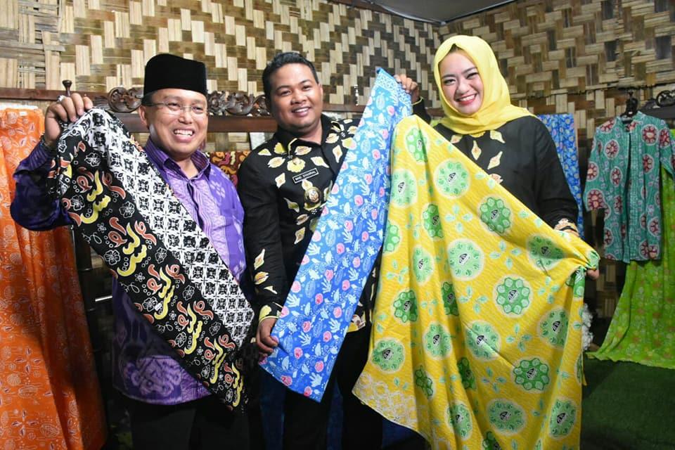 Walikota Tanjungbalai M Syahrial dan istri Ny Hj Sri Silvisa Novita Muhammad Syahrial menunjukkan batik khas Tanjungbalai yakni Batik Kito.