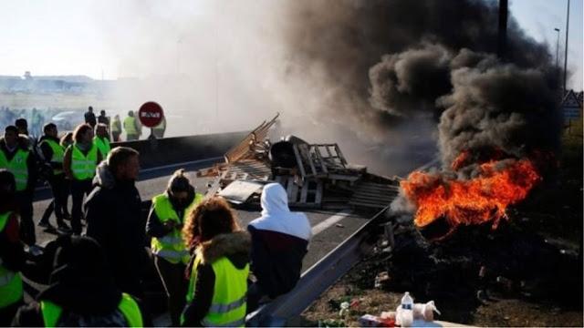 Τα «κίτρινα γιλέκα» πυρπολούν διόδια - Χάος στους γαλλικούς αυτοκινητοδρόμους