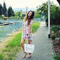 Pudrowo różowa sukienka w kwiaty - zoio