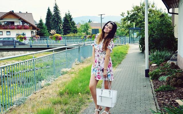 Pudrowo różowa sukienka w kwiaty - zoio - Czytaj więcej »