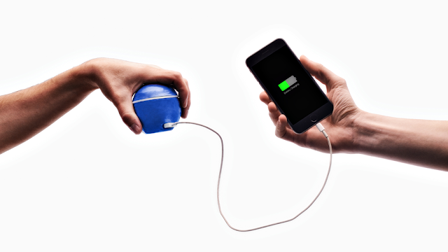 ابتكار رهيب أطلقه شاب بعمر 19 سنة لشحن هاتفك الذكي من خلال حركة اليد دون الحاجة للكهرباء !! إنه الإبداع يا سادة 😲