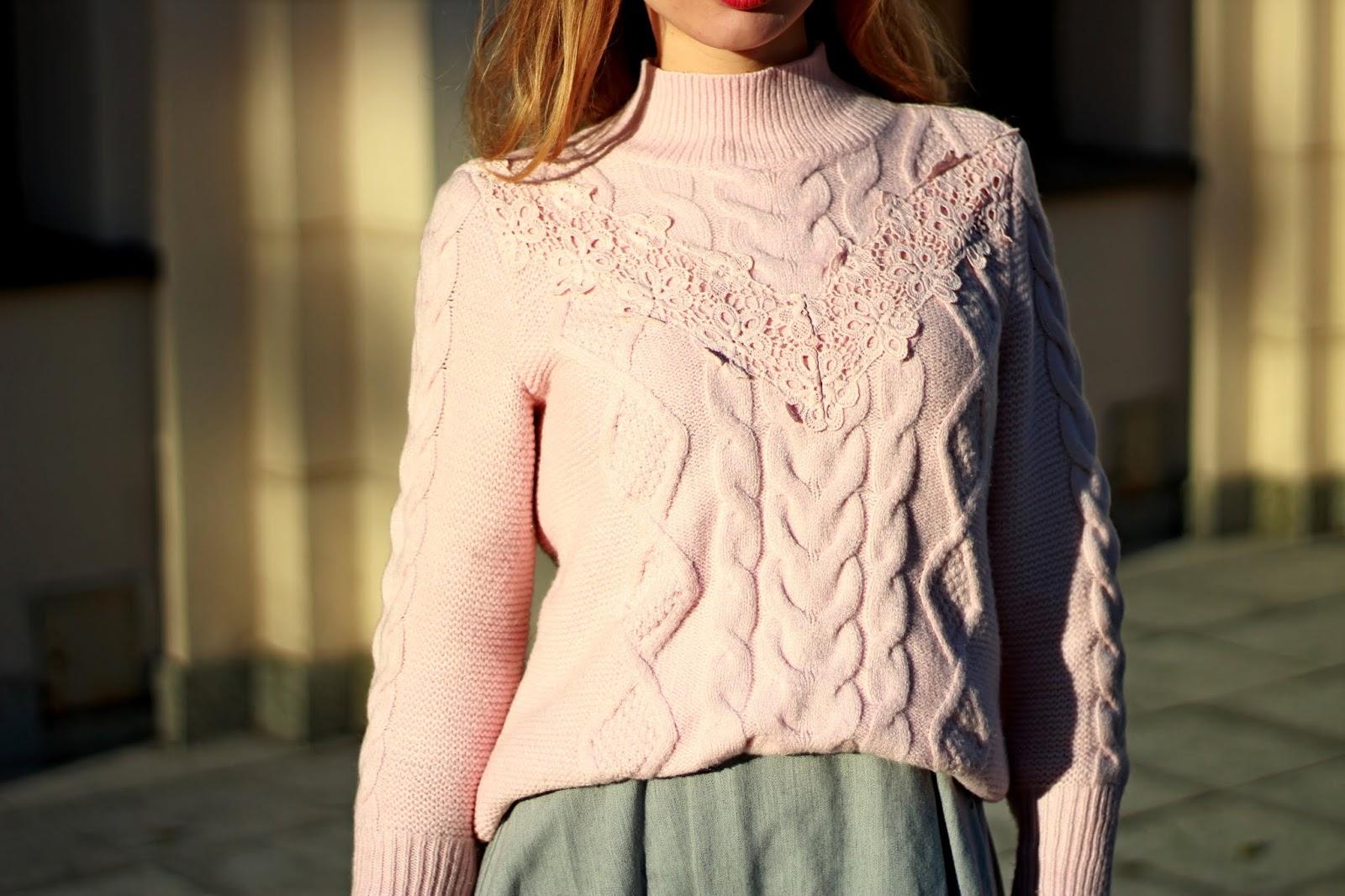 Pudrowy sweter z warkoczowym splotem