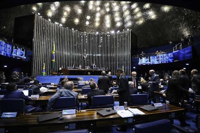 Senado adia votação sobre afastamento de Aécio Neves