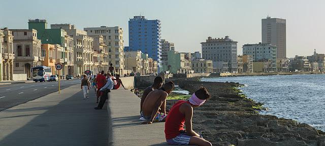 Cubains sur le Malecón