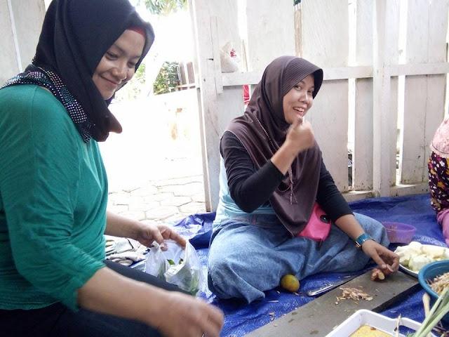 Kesibukan Panitia Kosumsi dalam Persiapan Acara Perpisahan Guru