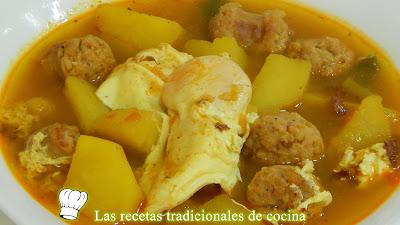 Receta fácil de guiso de patatas con salchichas y huevos