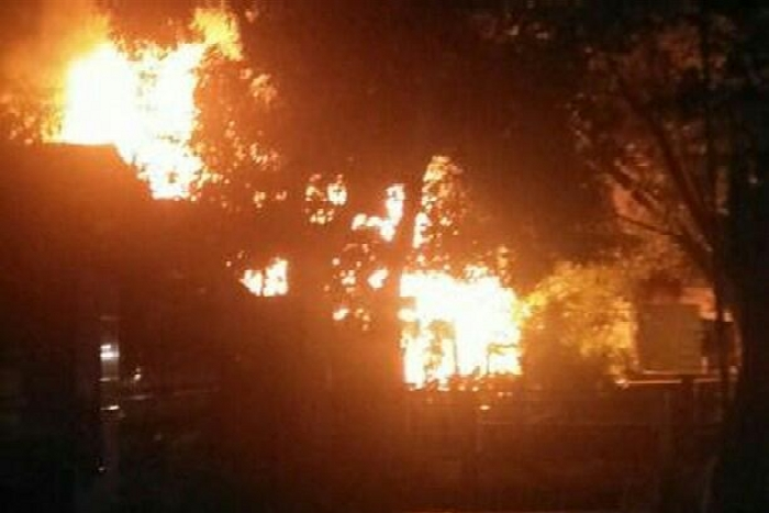 BREAKING NEWS: Kebakaran Terjadi di Jl. Sambaloge Baru Bone, Dua Rumah Terbakar