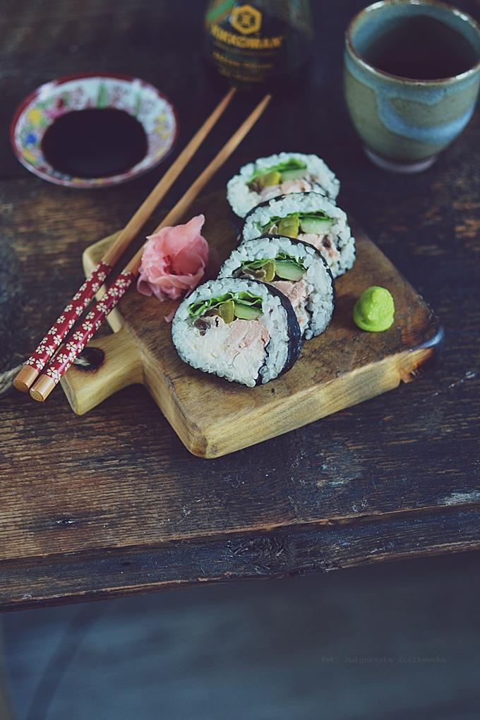 Test garnka do gotowania ryżu i sushi z pieczonym łososiem, marynowaną rzodkwią i marynowaną tykwą