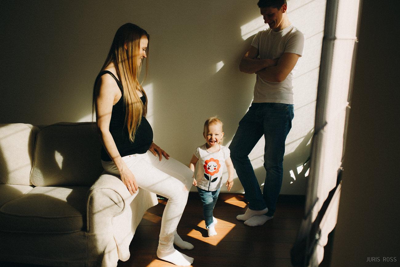 grūtnieces punča fotosesija mājās dokumentāla ar bērnu