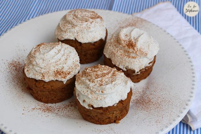 muffins gourmands aux pices recouverts de cr me fouett e recette v g tale la f e st phanie. Black Bedroom Furniture Sets. Home Design Ideas