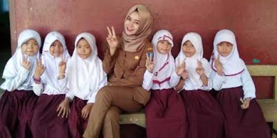 Poppy Indrawati, Bu Guru Cantik SD di Serang