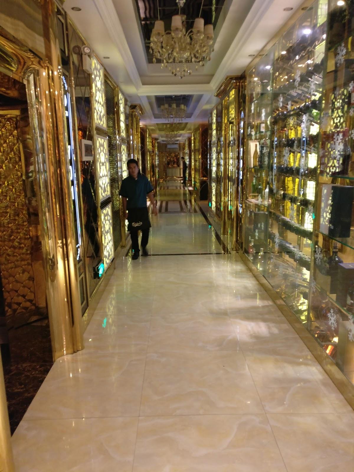 Ebo on tour: Best of the Best - der Karaoke-Tempel in Mandalay
