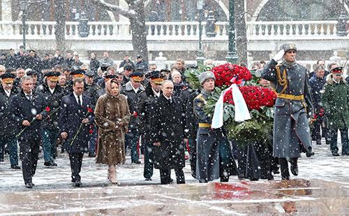 Утром в Москве президент России торжественно кладёт венок к Могиле Неизвестного Солдата в Александровском саду (недалеко от Красной площади)