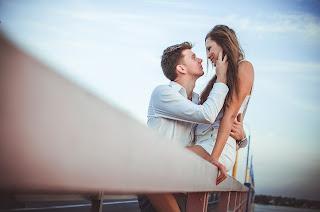 Ein junger Mann und eine Frau, die sich zärtlich anschauen