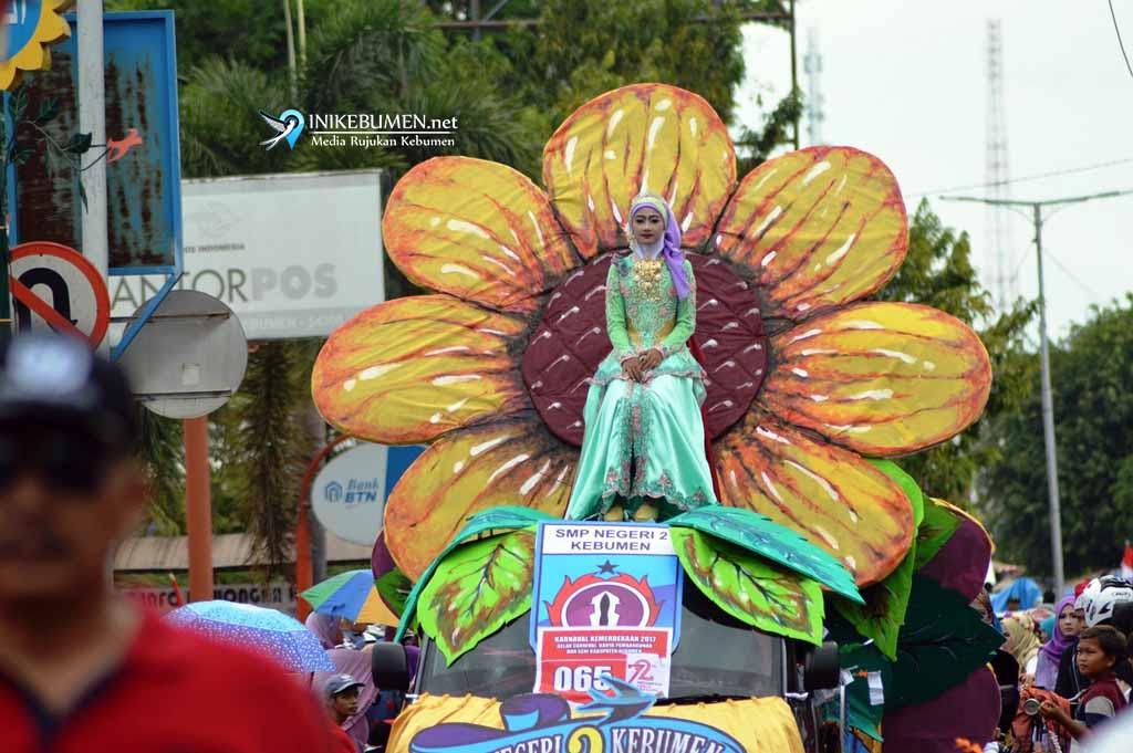 Bunga Matahari Raksasa Meriahkan Karnaval Pembangunan