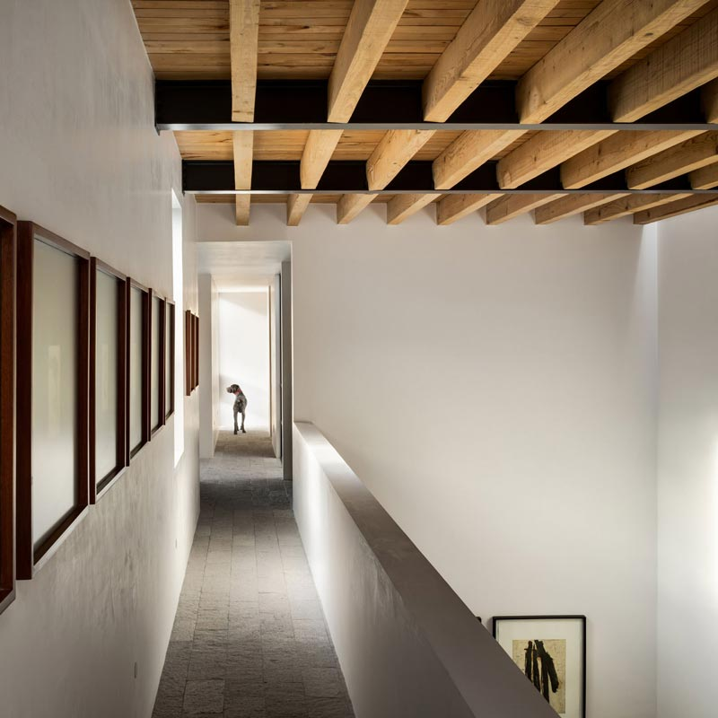 Una casa moderna per trascorrere il fine settimana definita da tre diversi spazi esterni.