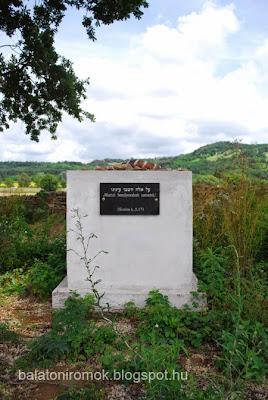 Emlékmű a karmacsi zsidó temetőben