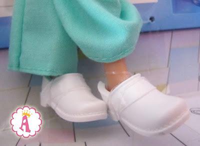 Белые кроксы для куклы барби из набора Barbie Baby Doctor