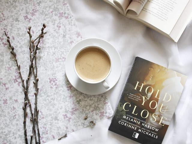 Hold you close, Melanie Harlow & Corinne Michaels. Wydawnictwo NieZwykłe.