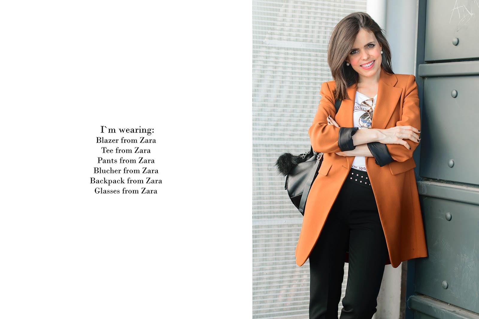 Look working con gafas de Zara