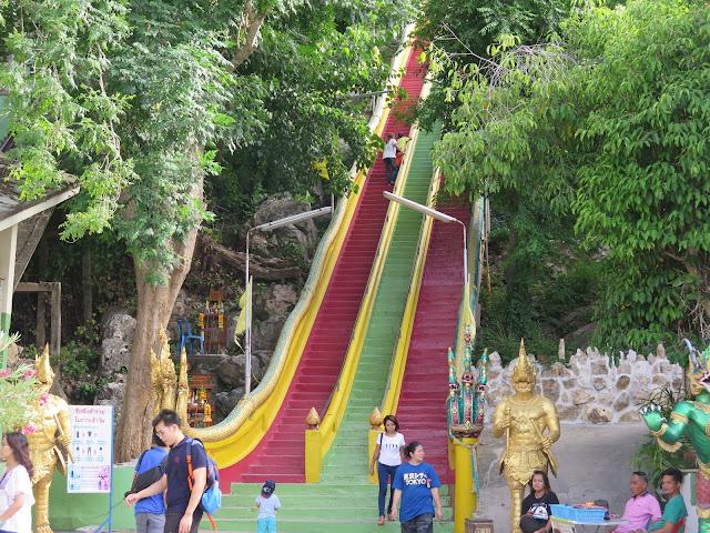 Escaleras de subida a Wat Tham Kao Noi y Wat Tham Sua