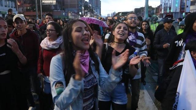 """En Colombia estudiantes protestan al son de """"El baile de los que sobran"""" [video]"""