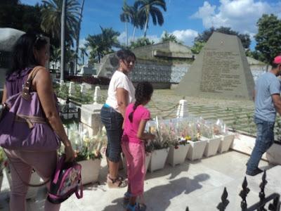 Visitan Monumento a Fidel Castro en Santa Ifigenia