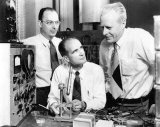 Οι εφευρέτες του τρανζίστορ, Shockley, Bardeen, και Brattain, και αντίγραφο του πρώτου δείγματος