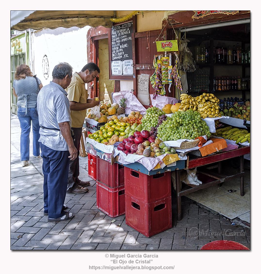 Frutería y abarrotes. Surco Viejo, Lima.