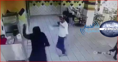 بالفيديو | فتاه سعودية تضرب شاب بجده اليوم الثلاثاء 27/2/2018