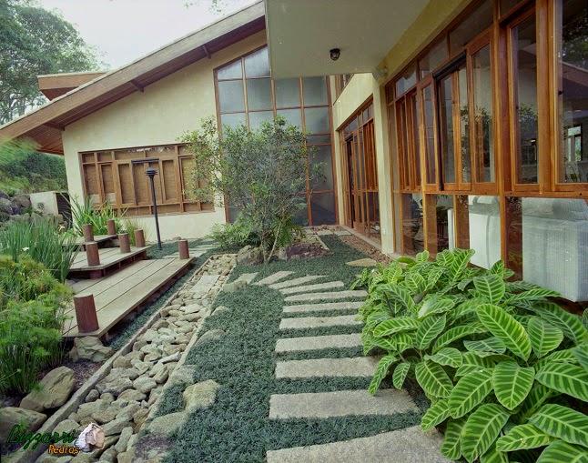 Caminho com pedras no jardim com canaleta de pedra e os seixos de pedras moledo. Casa em condomínio em Atibaia-SP.