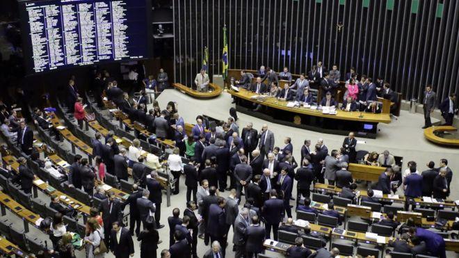 BRASIL: Câmara livra Temer de segunda denúncia