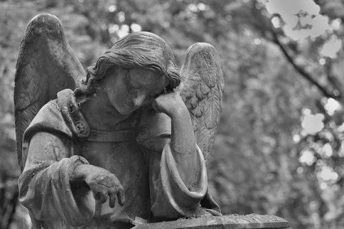 Cemitério, estátua de pedra. #PraCegoVer