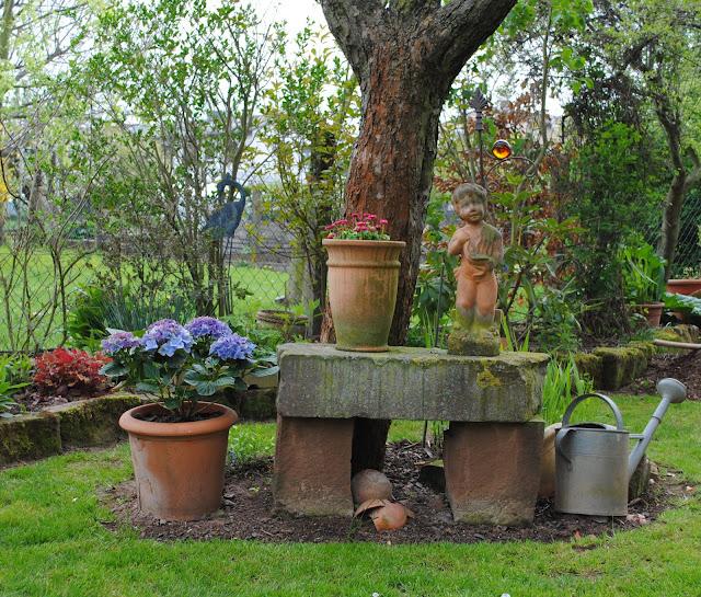 Privater Garten mit vielen Töpfen