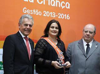 """Prefeita de Cuité recebe prêmio """"Prefeito Amigo da Criança"""" em Brasilia"""