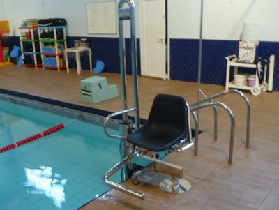 Banco elevador para cadeirantes na piscina