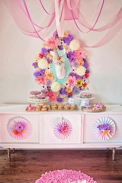 festa-de-aniversario-infantil-criativa-com-o-tema-de-unicornio-decoração-florida