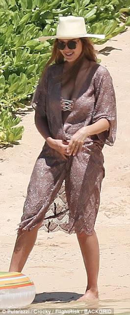 Jessica Alba in bikini in Hawaii