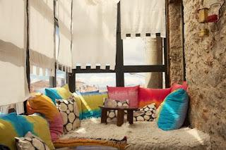 mendesain ruang keluarga dengan bantal dan kerpet bulu yang nyaman