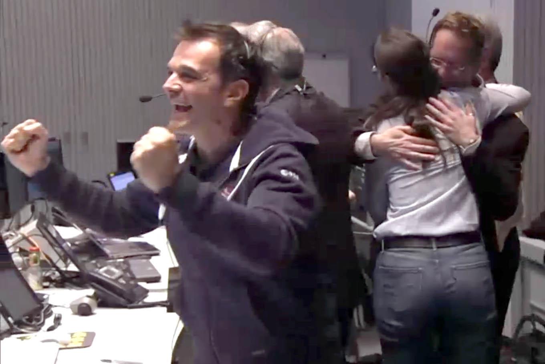 Các nhà khoa học ở ESA vui mừng khi hay tin tàu thăm dò đã đổ bộ thành công. Hình bởi ESA.