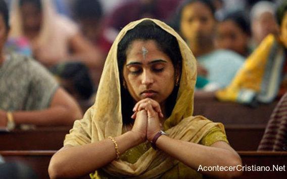 Mujer cristiana hindú orando en iglesia