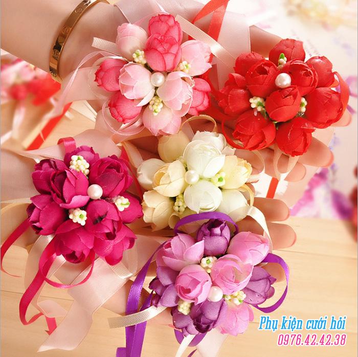 Hoa deo tay co dau