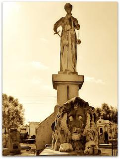 Túmulo-monumento de Plácido de Castro no Cemitério da Santa Casa de Misericórdia, em Porto Alegre