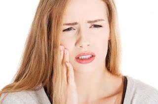 Hàn răng bị sứt có gây đau nhức kéo dài không ?