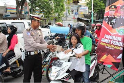 Polisi Gresik Bagikan Takjil Gratis Kepada Masyarakat