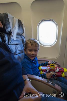 minik oğlumla keyifli bir uçak yolculuğu sırasında