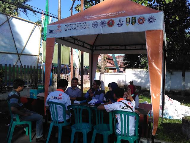 Team Kesehatan Lazismu Jember bersiap menyamput peserta Jalan Sehat di Finish