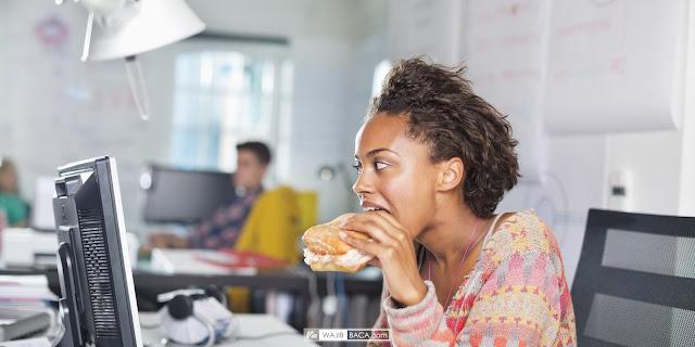 Suka Makan di Meja Kantor Bikin Gemuk? Oh No! Simak Penjelasan Ahli Mengenai Ini
